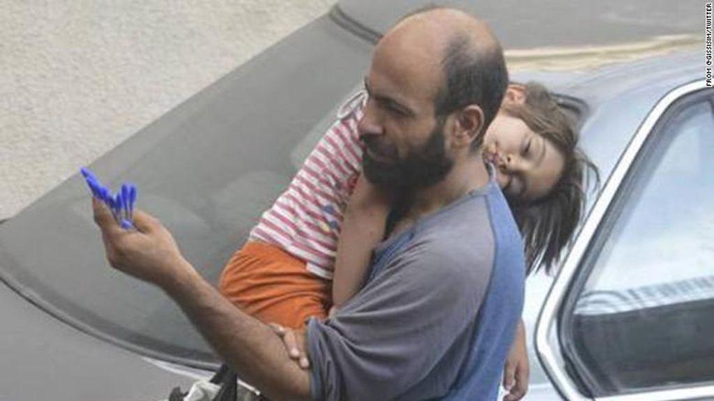 Foto Pria Penjual Pena dan Putrinya Ini Membuat Banyak Hati Tergugah
