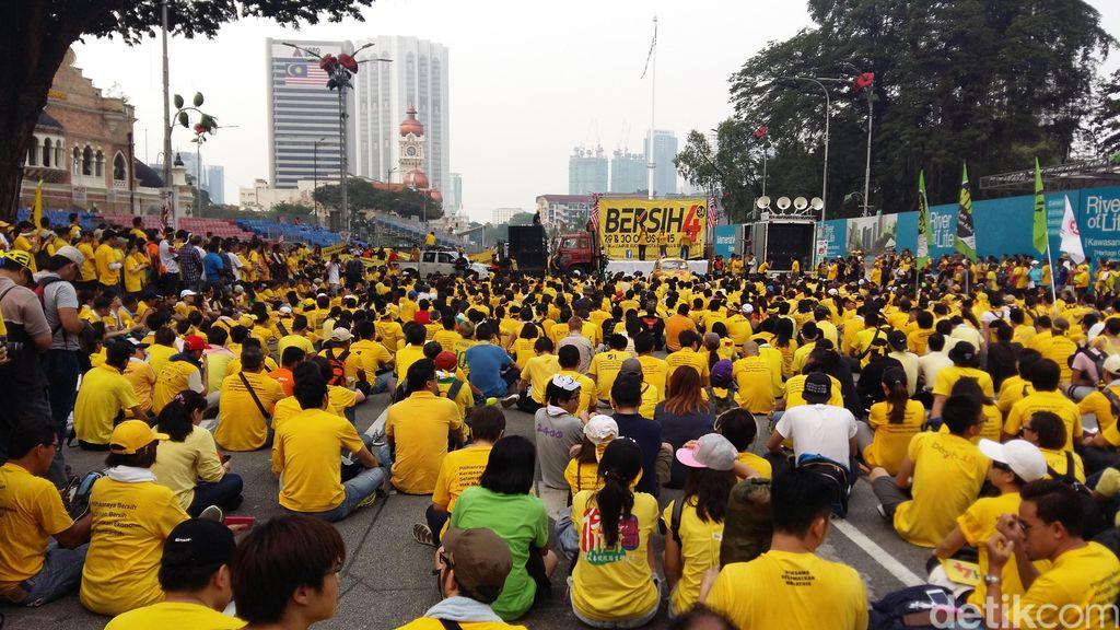 Dua Jet Tempur Berputar-putar di Atas Ribuan Demonstran Bersih 4.0