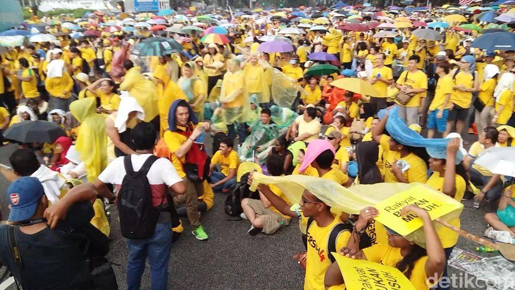 Diguyur Hujan Deras, Ribuan Demonstran Anti PM Najib Tetap Bertahan
