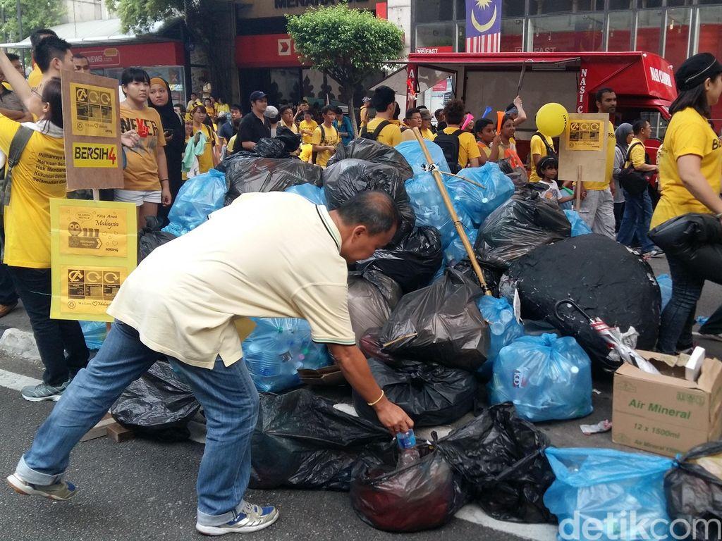 Keren! Begini Cara Demonstran Anti PM Najib di Malaysia Kelola Sampah