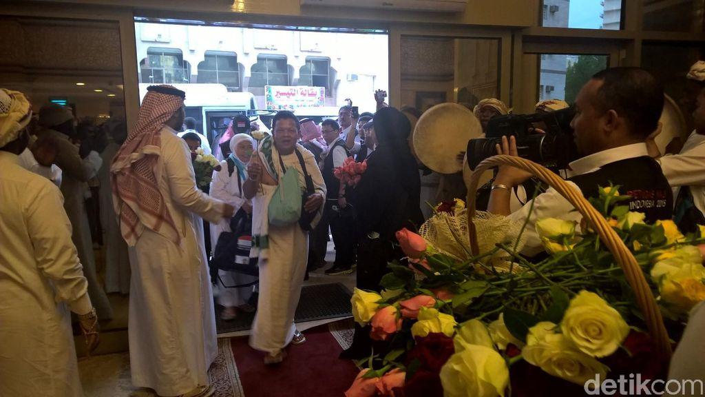 Setangkai Bunga Mawar dan Secawan Zamzam untuk Jemaah Indonesia di Makkah