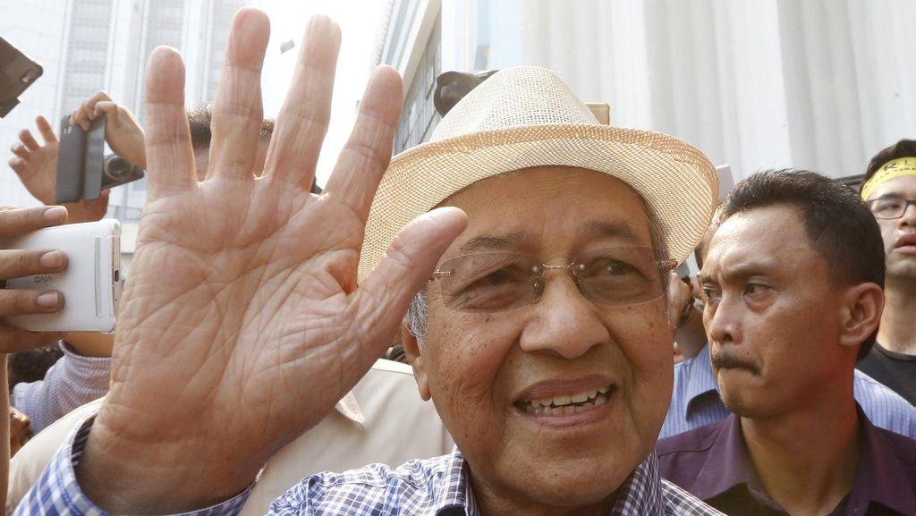 Polisi Malaysia Akan Panggil Mahathir Soal Tuduhan terhadap Najib