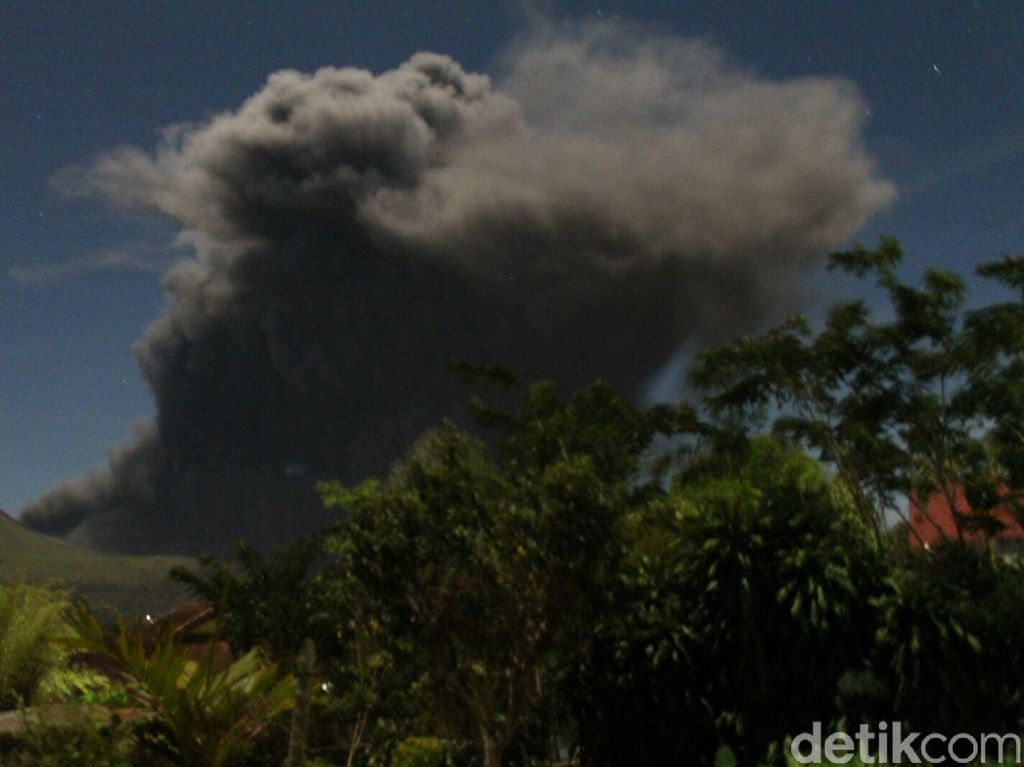Gunung Lokon Kembali Keluarkan Asap Tebal