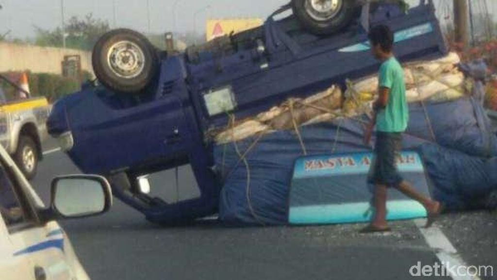 Pick Up Pengangkut Barang Terbalik di Tol Kamal KM 27