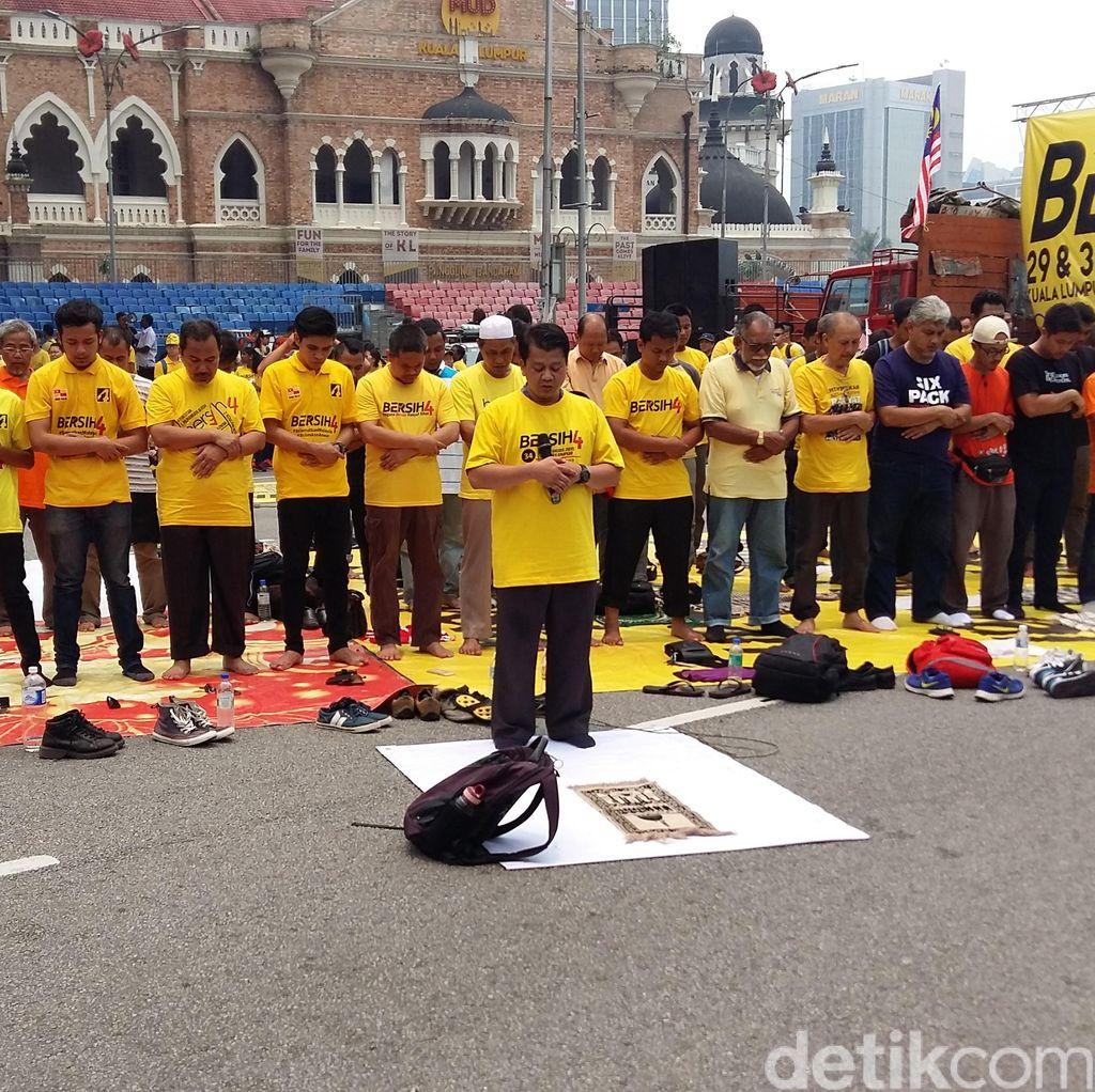 Umat Muslim Salat, Keriuhan Ribuan Massa Anti Najib Terhenti Sejenak