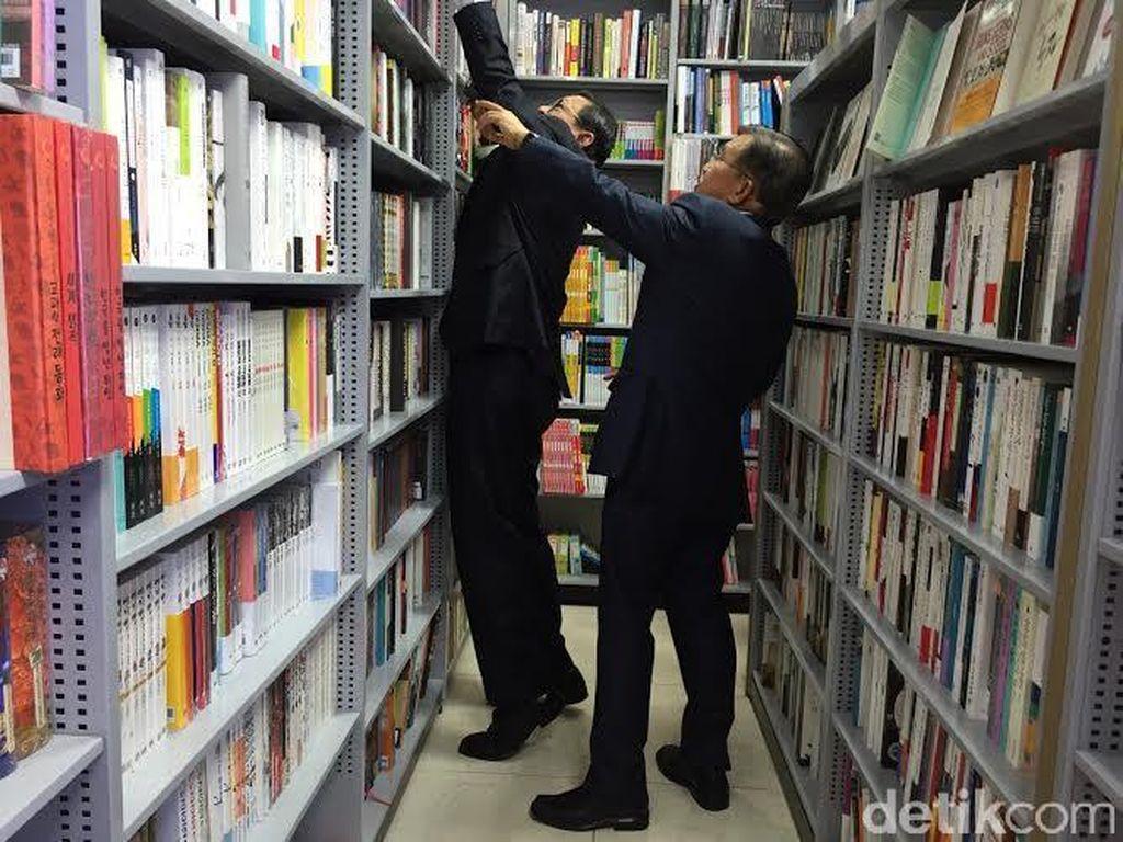JK dan Belanja Buku Jurnalistik di Bandara Korsel