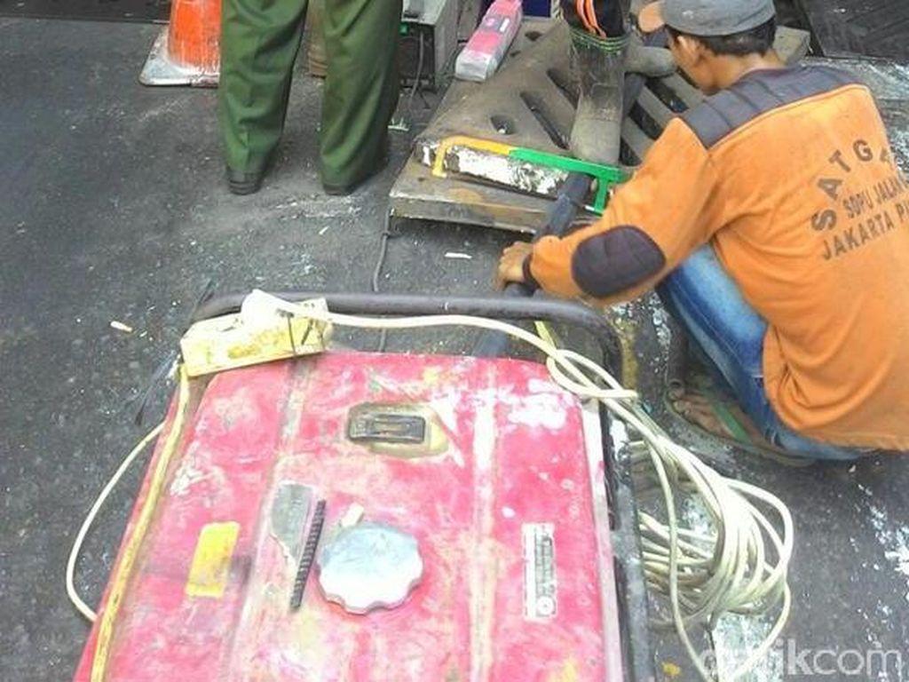 Begini Repotnya Jika Besi Penutup Gorong-gorong di Underpass Senen Dicuri