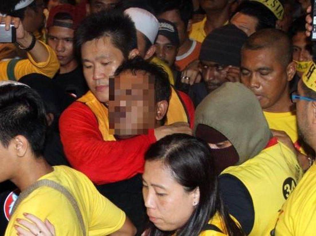 Seorang Pria Melempar Petasan ke Arah Demonstran, 4 Orang Terluka