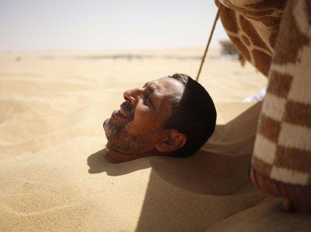 Ini Dia Terapi Berendam di Pasir Panas Gurun ala Orang Mesir