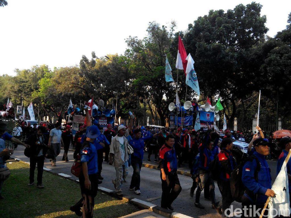 Akhiri Demo, Buruh Jalan Tertib ke IRTI Monas