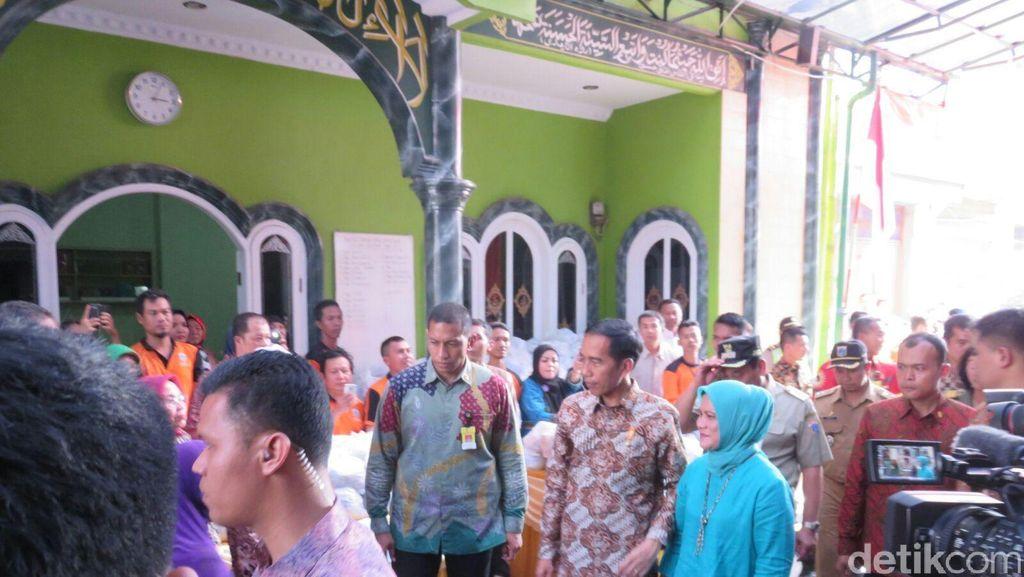 Blusukan di Tambora, Jokowi Bagi-bagi Sembako dan Buku