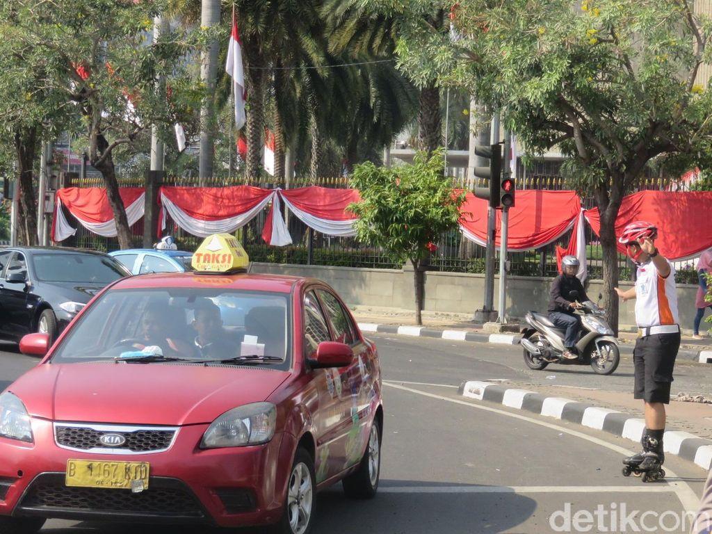Polisi Bersepatu Roda Siap Meliuk-liuk di Antara Pendemo Buruh