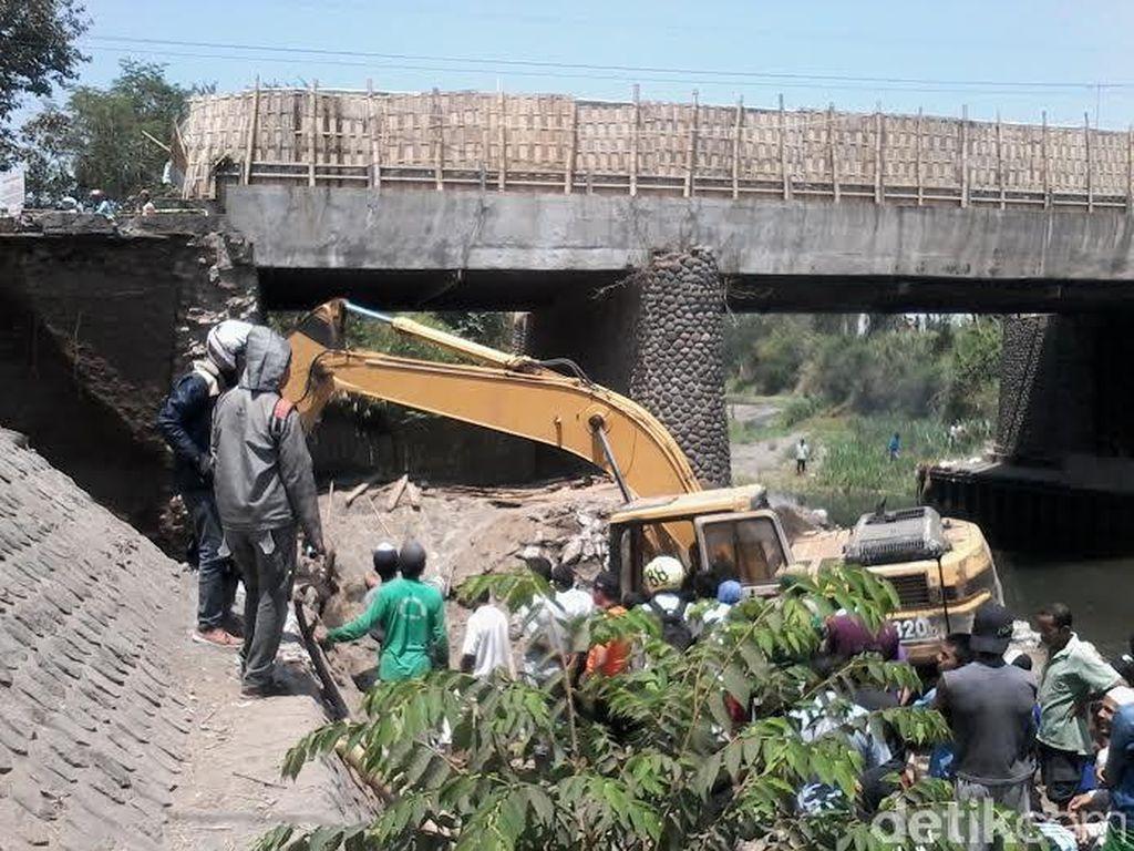 Penyangga Jembatan di Probolinggo Ambrol, Dua Pekerja Tertimbun