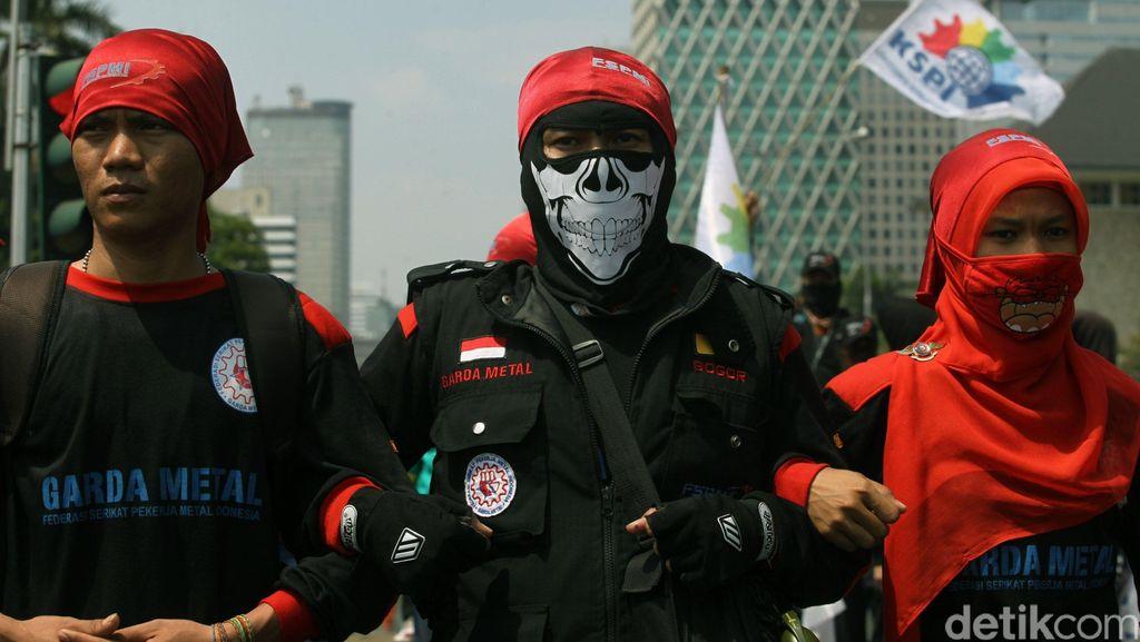 Begini Gaya Massa Buruh Berdemo di Depan Istana Negara