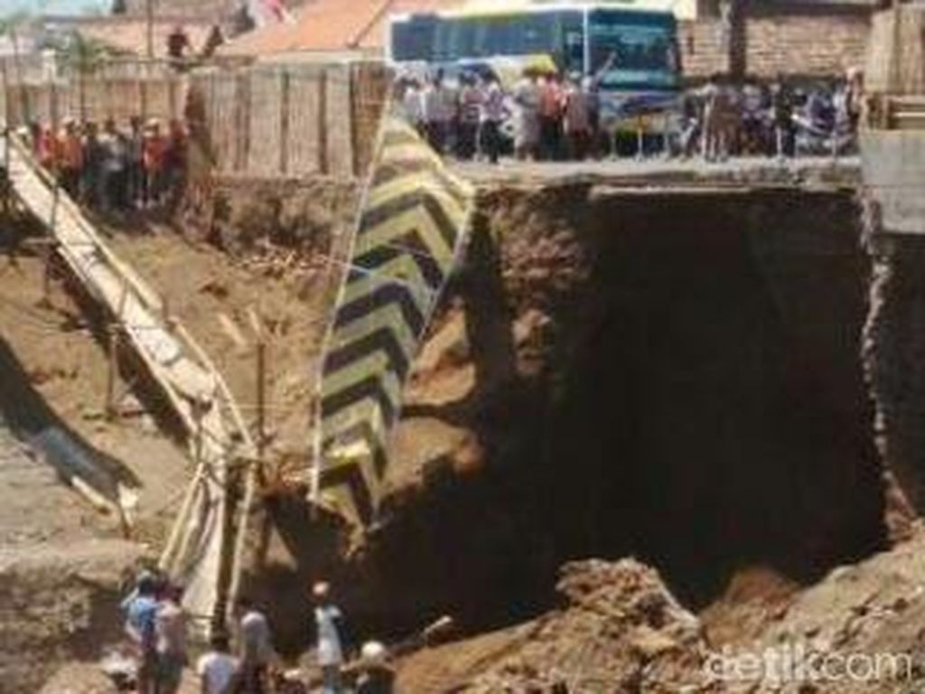 Lalin Pantura Macet akibat Proses Evakuasi Korban Jembatan Ambrol
