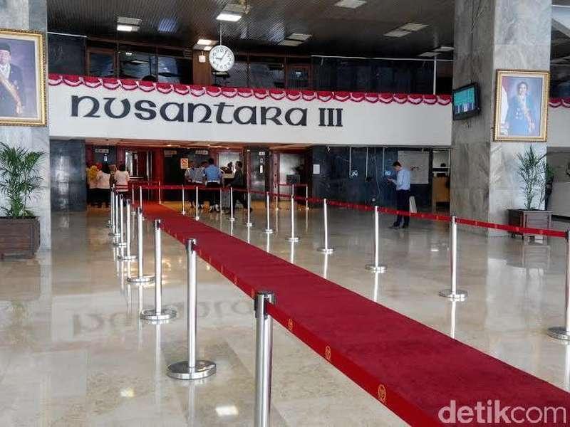 Ruhut: Gulung Karpet Merah di Gedung DPR!