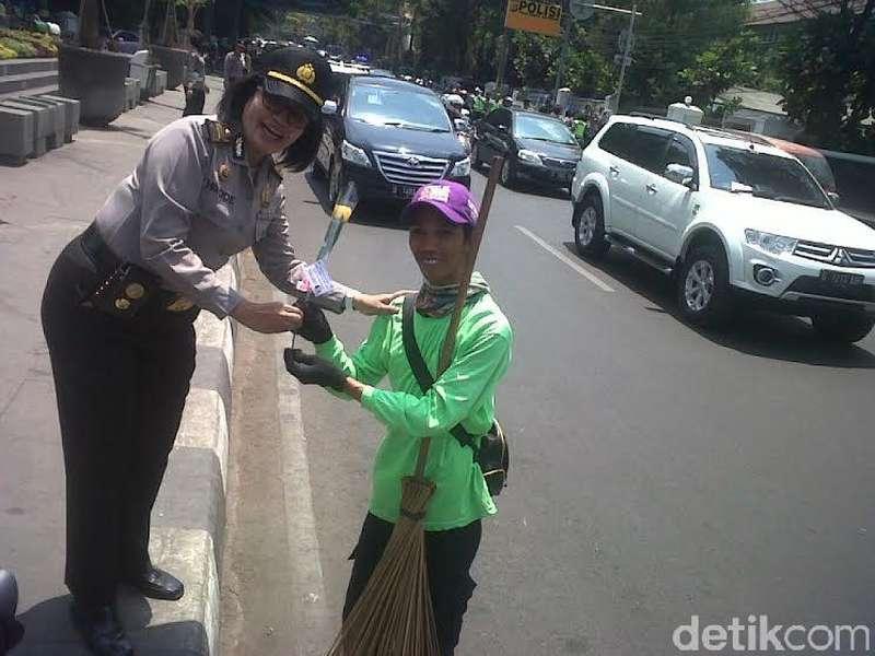Polwan Bagikan Mawar ke Bikers dan Petugas Kebersihan di Jalan Merdeka