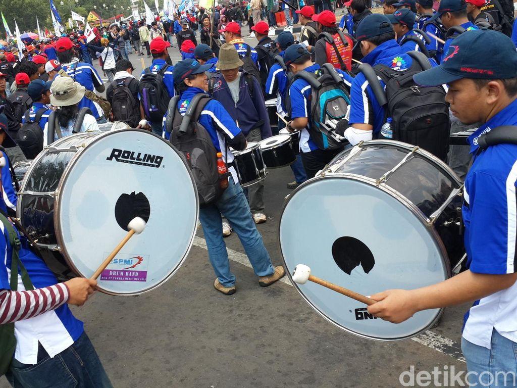 Demo Kreatif Buruh Beraksi Dengan Marching Band