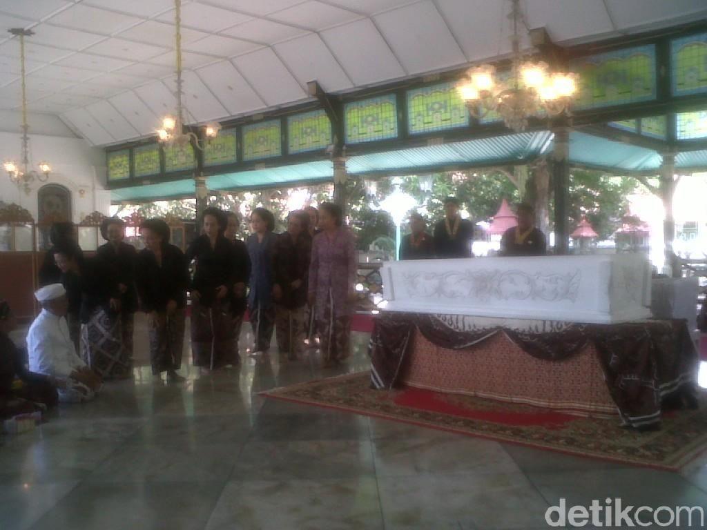 Sultan HB X dan Abdi Dalem Beri Penghormatan Terakhir untuk KRAy Nindyokirono