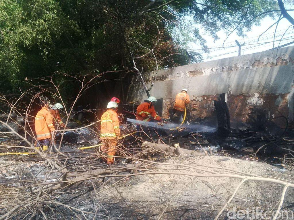 Tumpukan Fiber Terbakar di Pool Mayasari Ciracas Jaktim