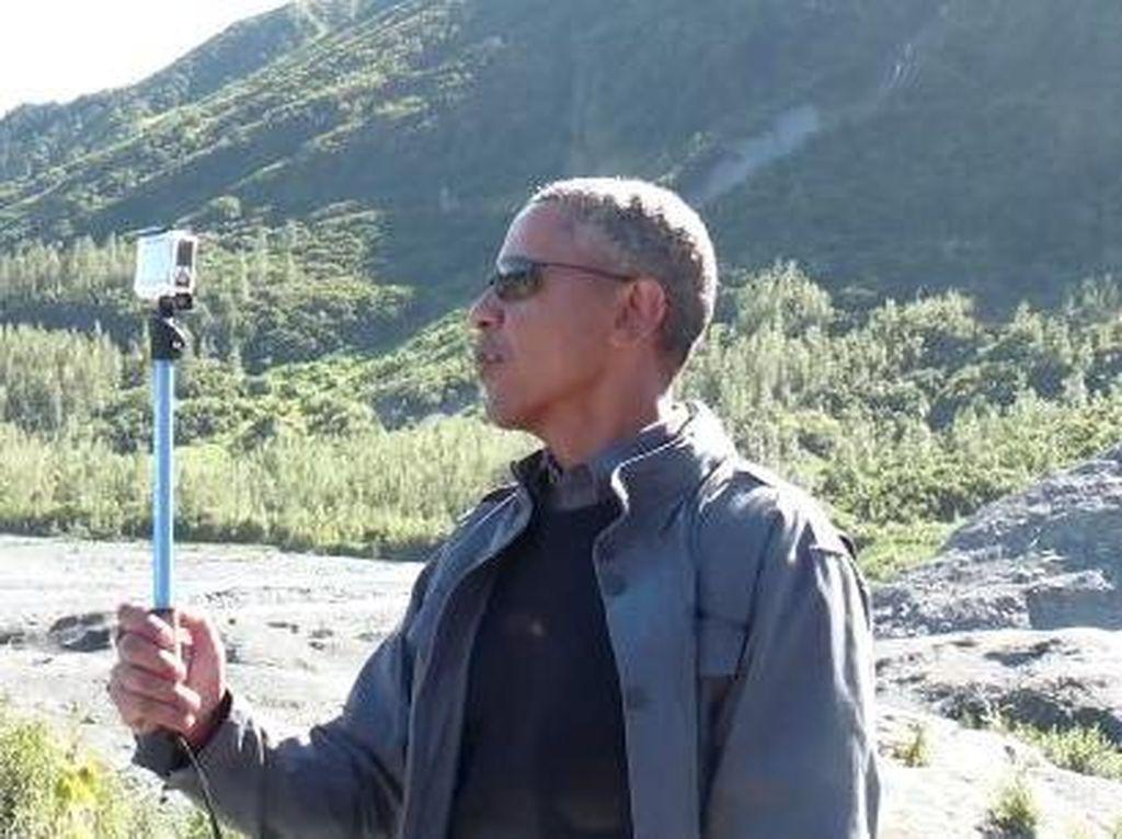 Pakai Tongsis, Obama Selfie Report dari Alaska