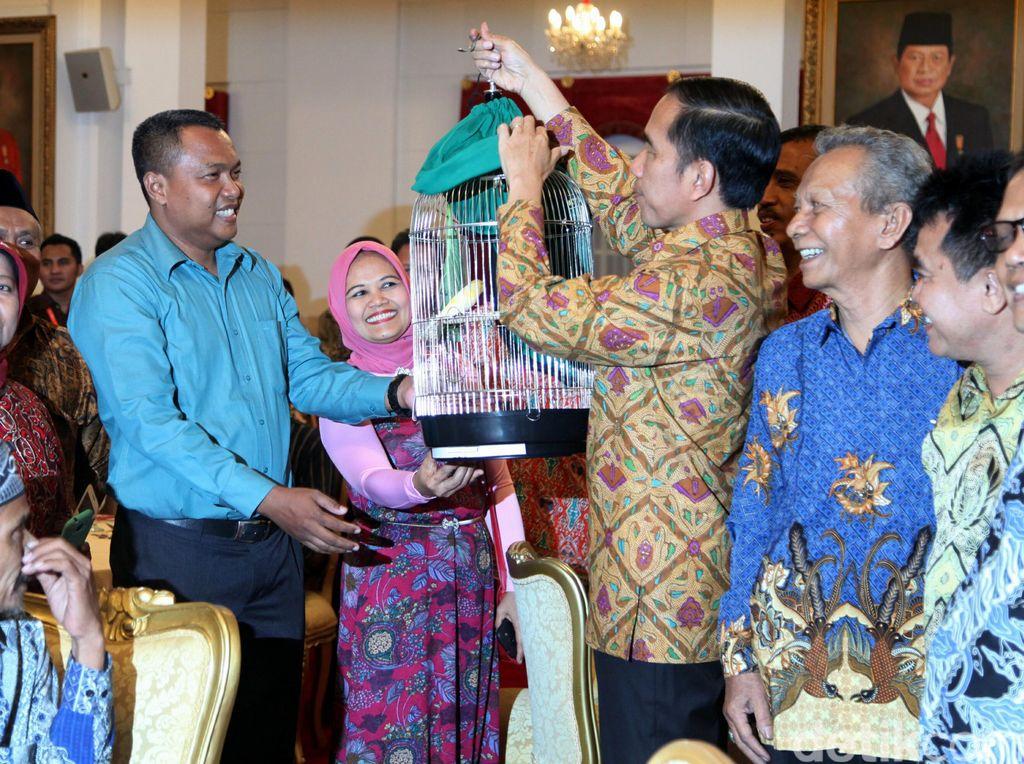 Makan Bareng Pedagang Pasar, Jokowi Dikasih Burung dan Baju Renang
