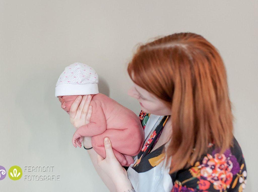 Melalui Foto, Bidan Ini Abadikan Pose Menawan Bayi-bayi yang Baru Lahir