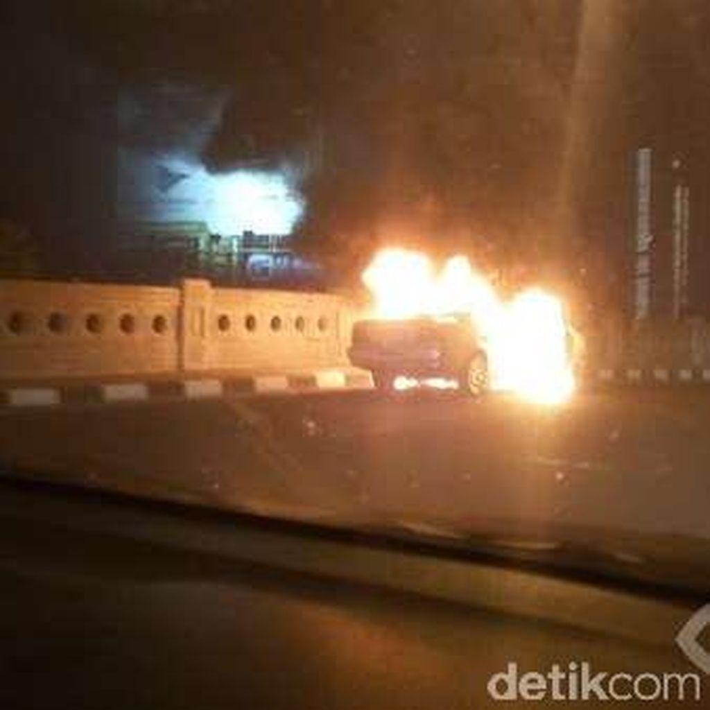 Mobil Panther Terbakar di Depan Mall Artha Gading Jakarta Utara