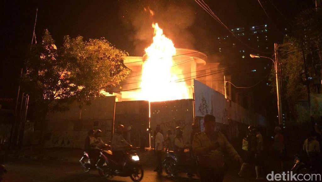 Kebakaran di Depan SPBU Cipondoh Tangerang, 7 Unit Damkar Diterjunkan
