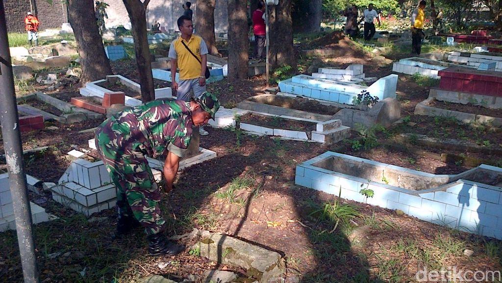 HUT ke-70 TNI, Polsek dan Koramil di Tangerang Kompak Bersihkan Pemakaman