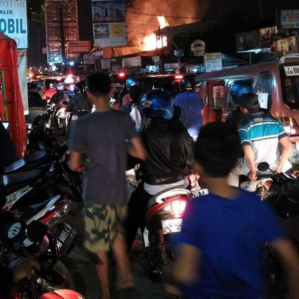 Kebakaran di Jatiwaringin, Pangkalan Jati Menuju Pondok Gede Macet