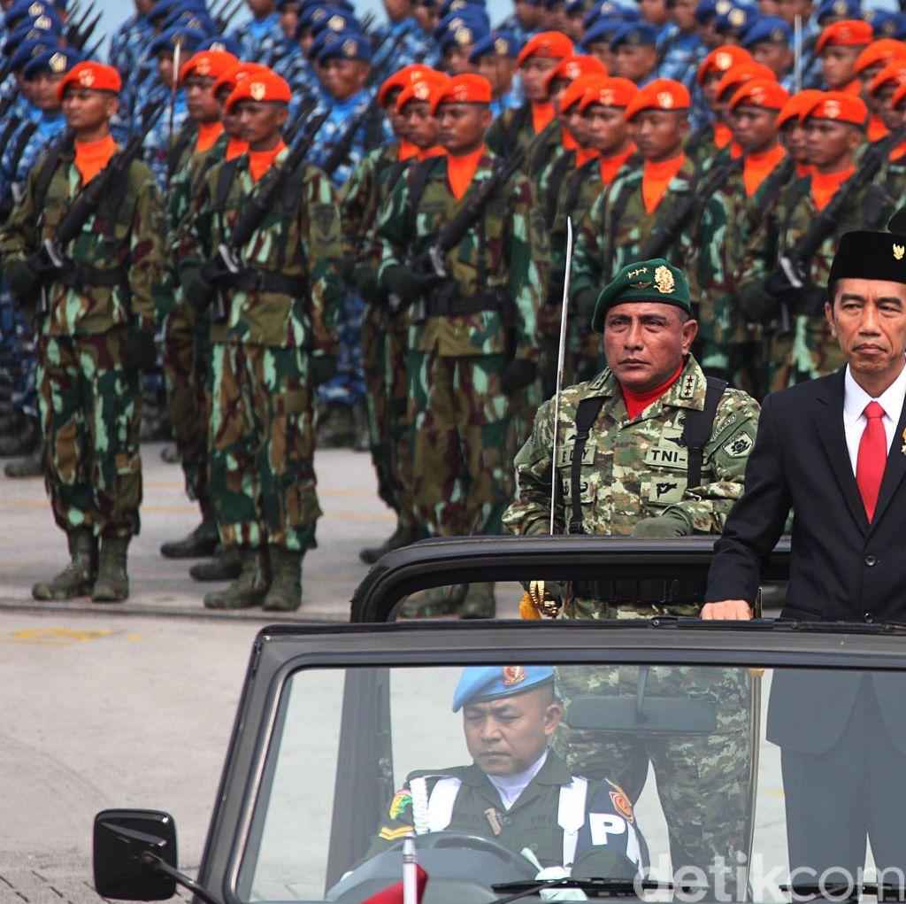 Jokowi Apresiasi Atraksi Prajurit dalam Peringatan HUT TNI