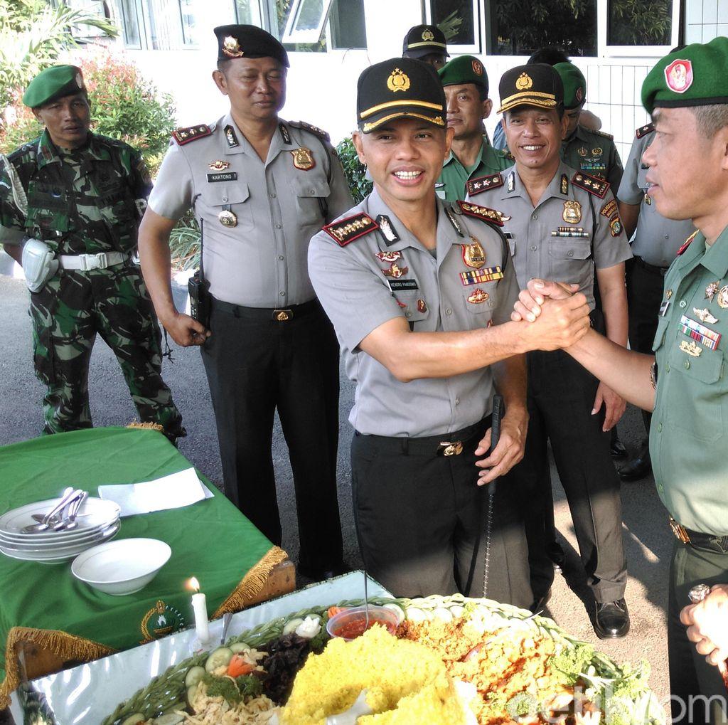 Ketika Para Anggota TNI Kaget Menerima Kejutan dari Polisi