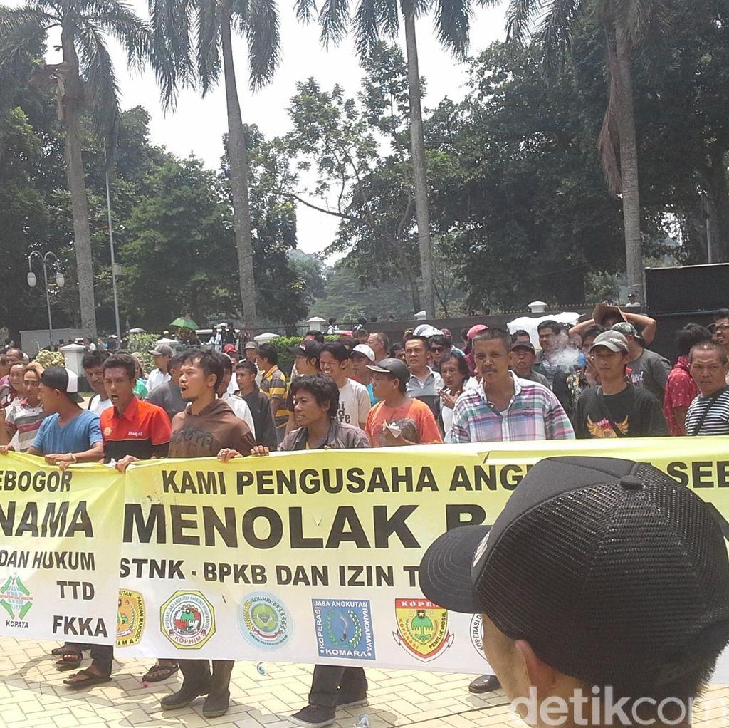 Tolak Angkot Jadi Berbadan Hukum, Para Sopir Demo di Balai Kota Bogor