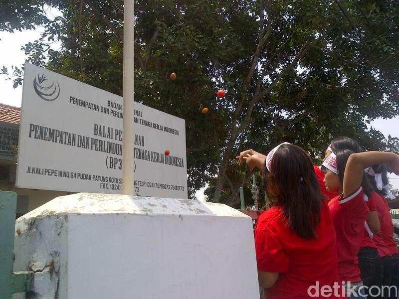 Kesulitan Dapat ID, Calon TKI Demak Lempar Telur ke Kantor BP3TKI Jateng