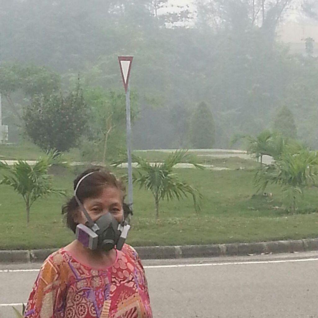 Derita Warga Riau: Saat Masker ala Star Wars Jadi Andalan Halau Asap