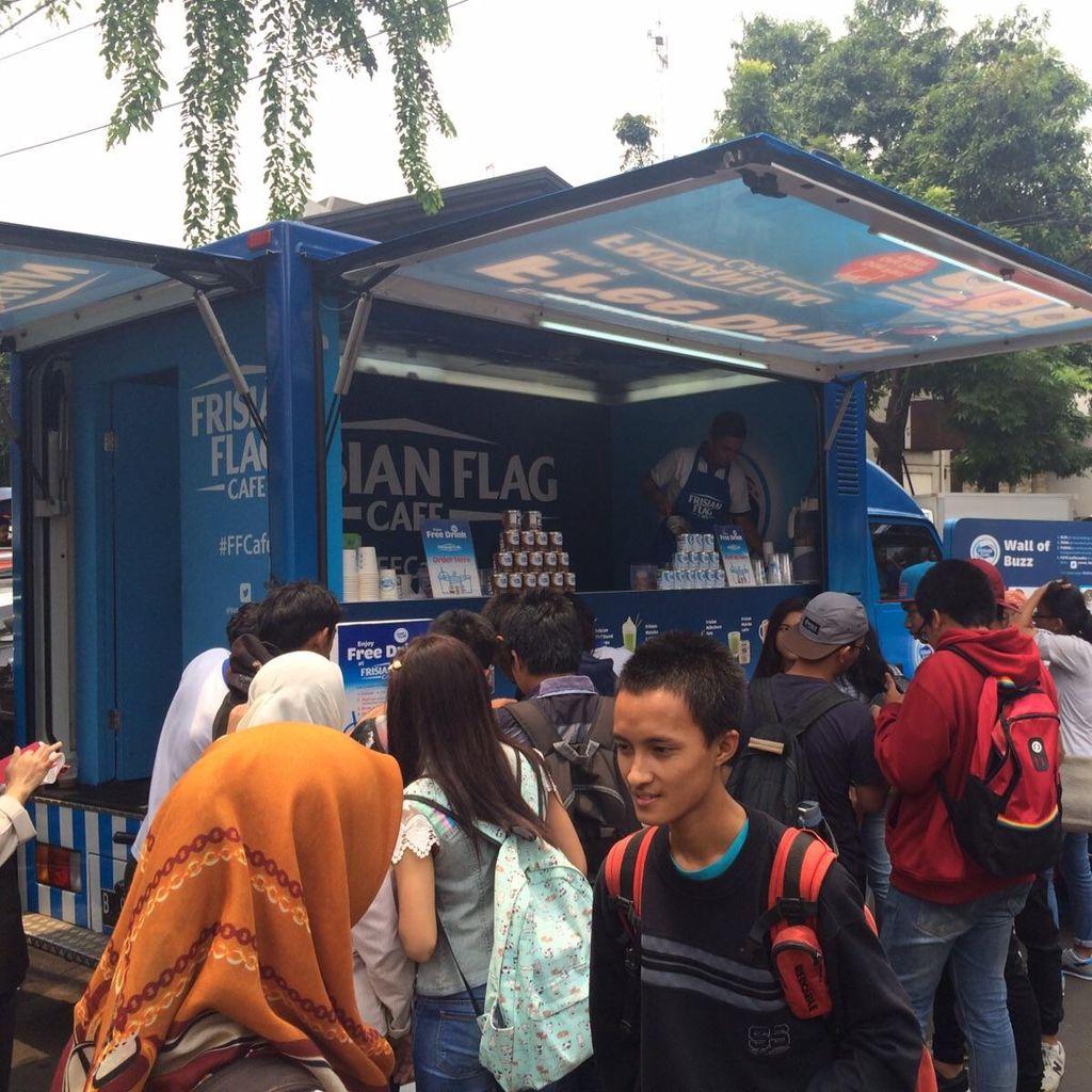 Mobile Cafe Misterius Keliling Jakarta Bagikan Ribuan Minuman Unik Gratis
