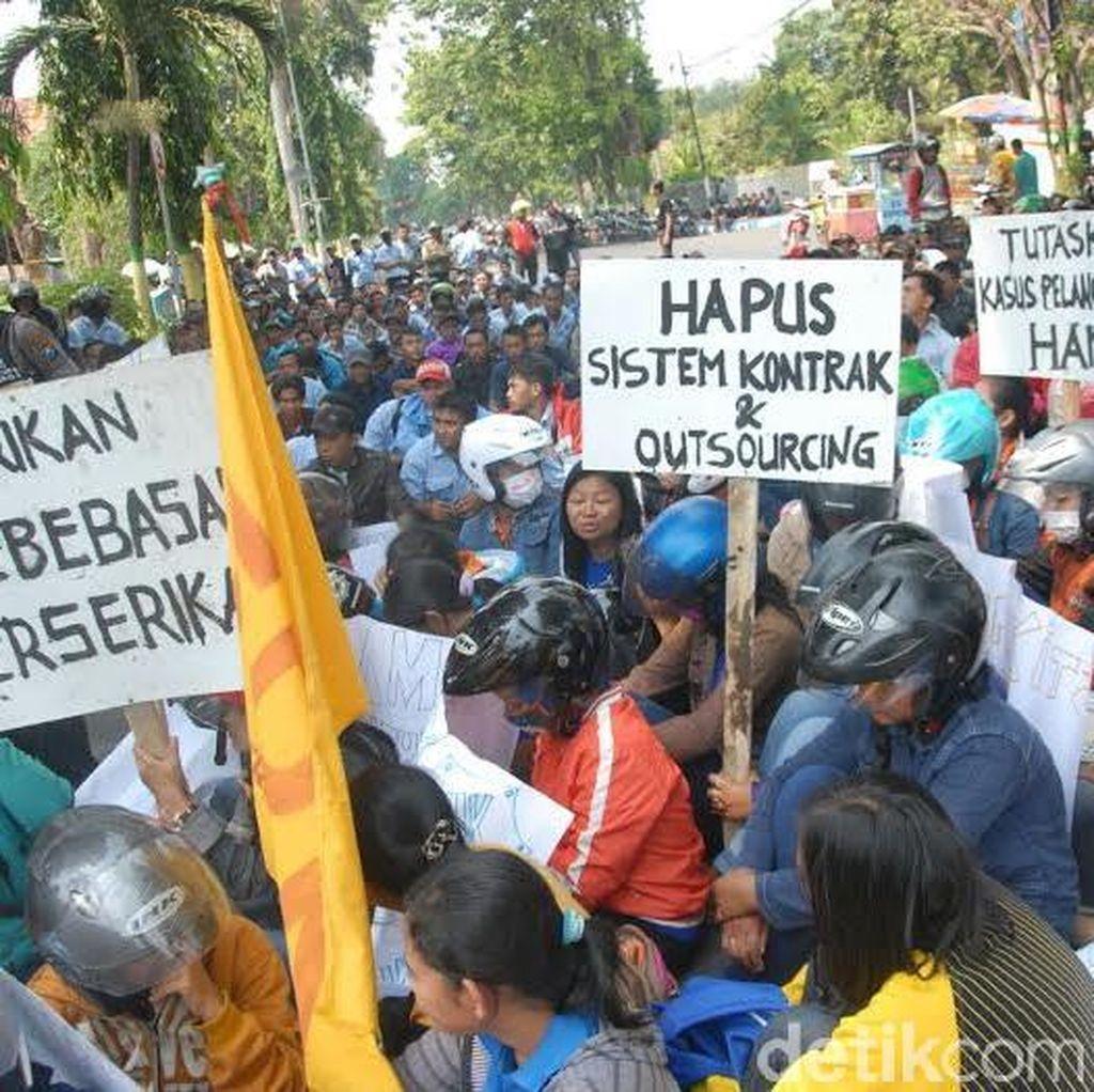 Ribuan Buruh Tuntut Kenaikan Upah dan Tolak PHK