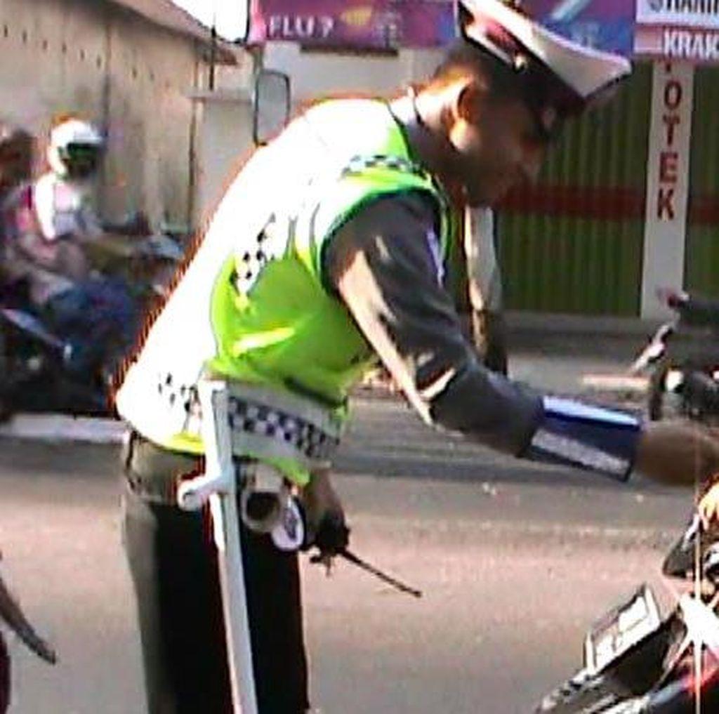 Polantas ini Dipuji Netizen karena Beri Cokelat ke Anak yang Berhelm