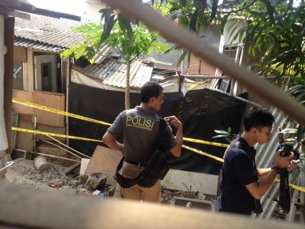 Polisi Bawa Koran Berdarah Sampai Air Mineral dari Bedeng Agus