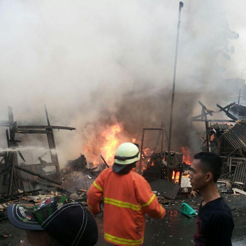11 Kios di Senen Hangus Terbakar