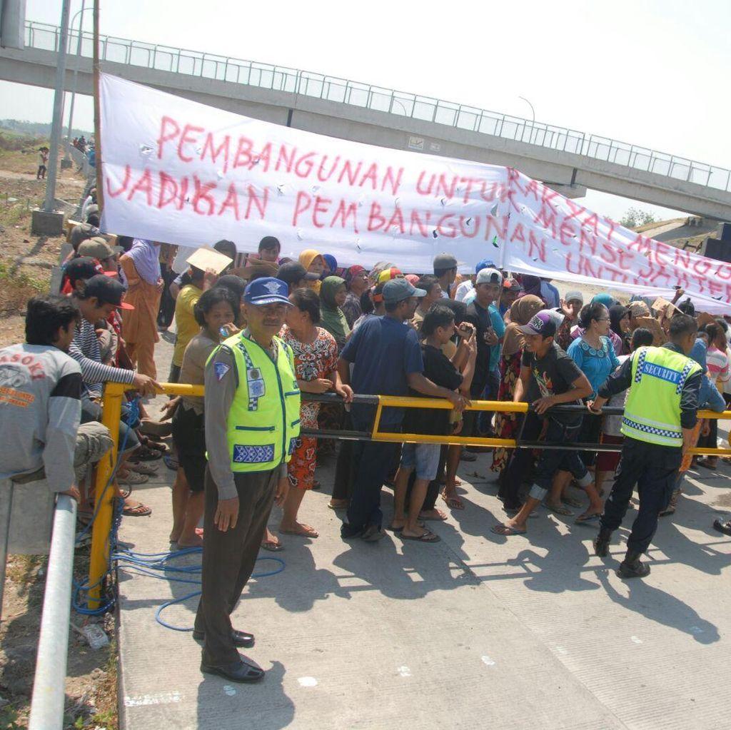 Ratusan Warga Tuntut Perbaikan Overpass di Tol Kertosono-Mojokerto