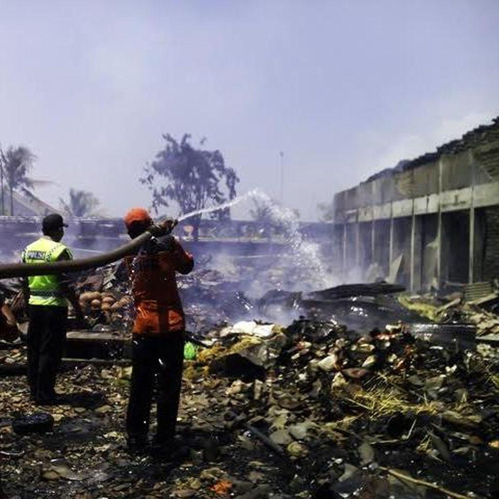 Lebih 7 Jam, Api yang Membakar Pasar Kolpajung Belum Padam