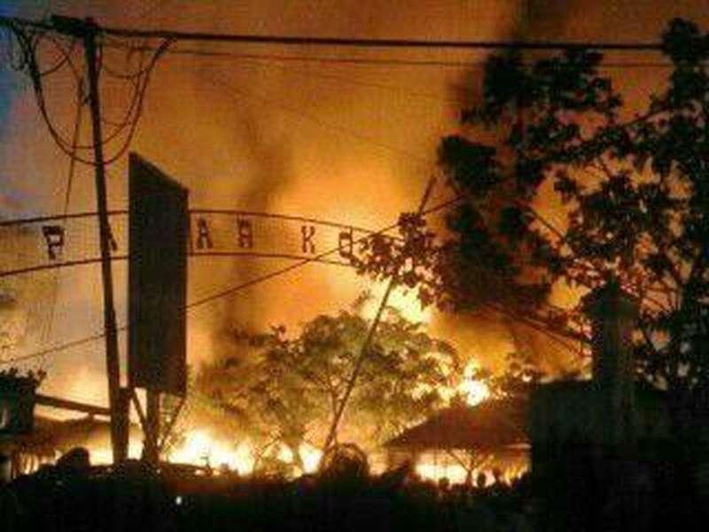 Ratusan Kios Pasar Kolpajung Pamekasan Hangus Terbakar