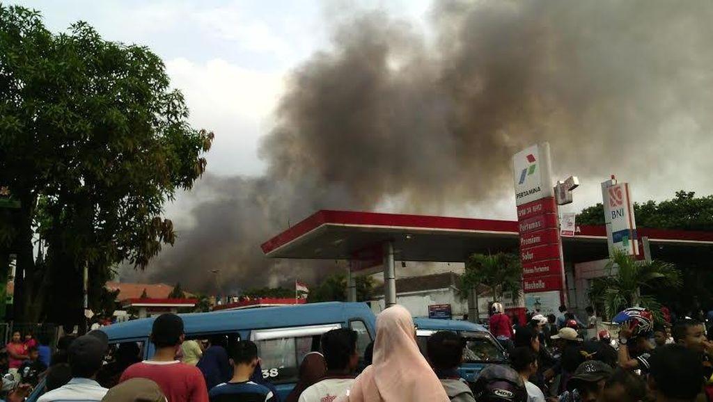 Pabrik Pengolahan Kayu di Gunung Putri Bogor Terbakar