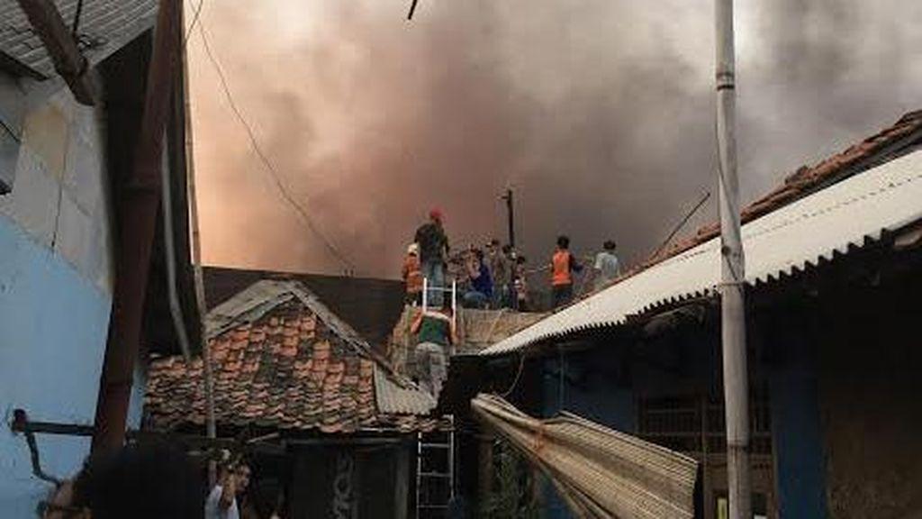 Api di Pabrik Pengolahan Kayu di Gunung Putri Belum Padam, Warga Resah