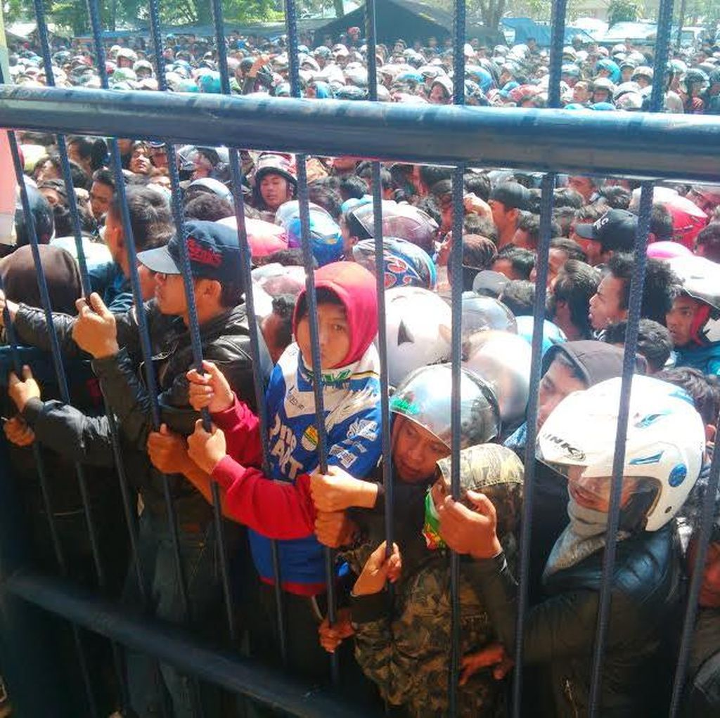 Ricuh Saat Ribuan Bobotoh Persib Merangsek Serbu Tenda Tiket, Polisi: Keluar!