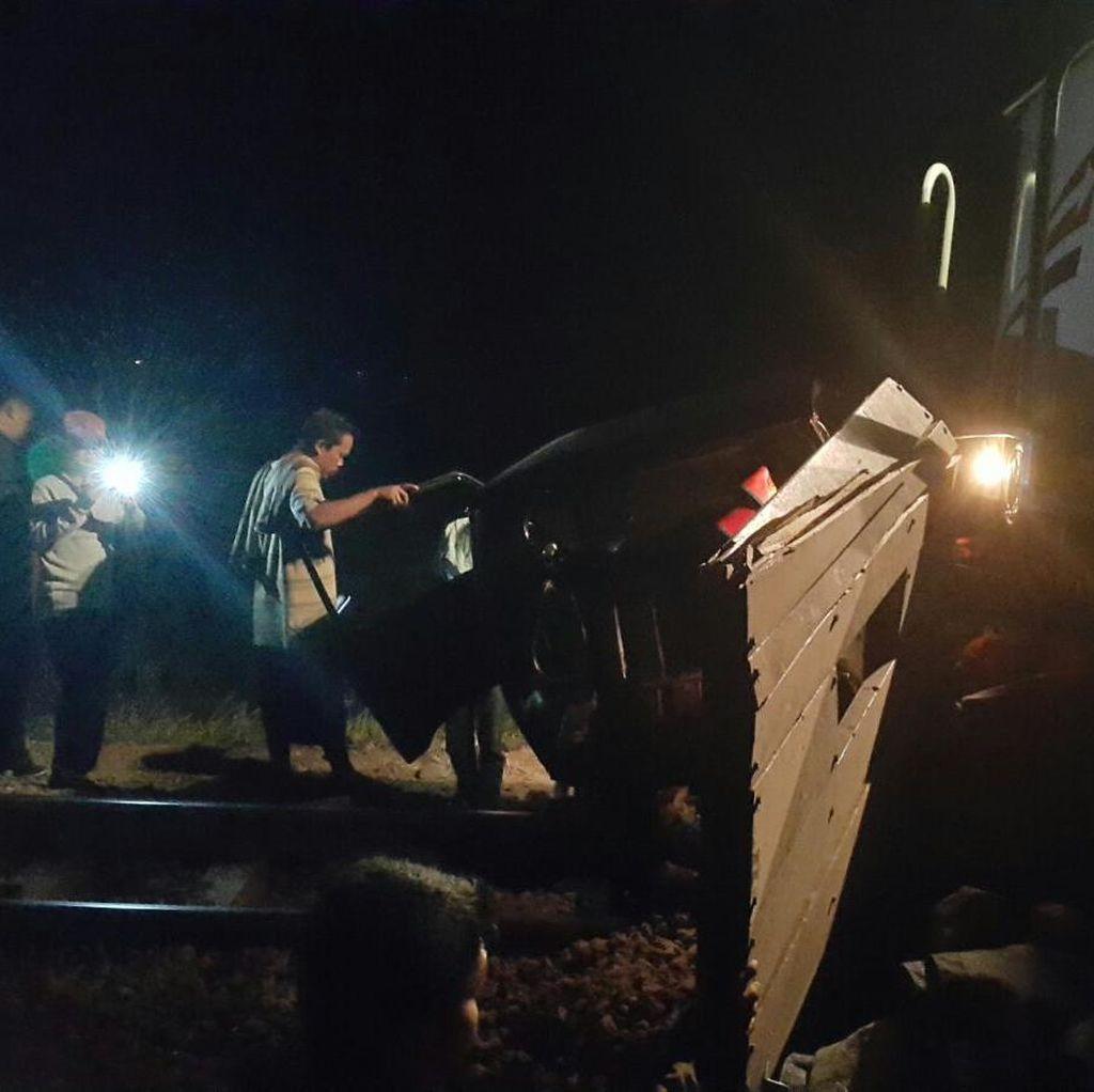 Mobil L300 Ringsek Terseret Kereta Senja Utama Yogya di Dekat Cirebon