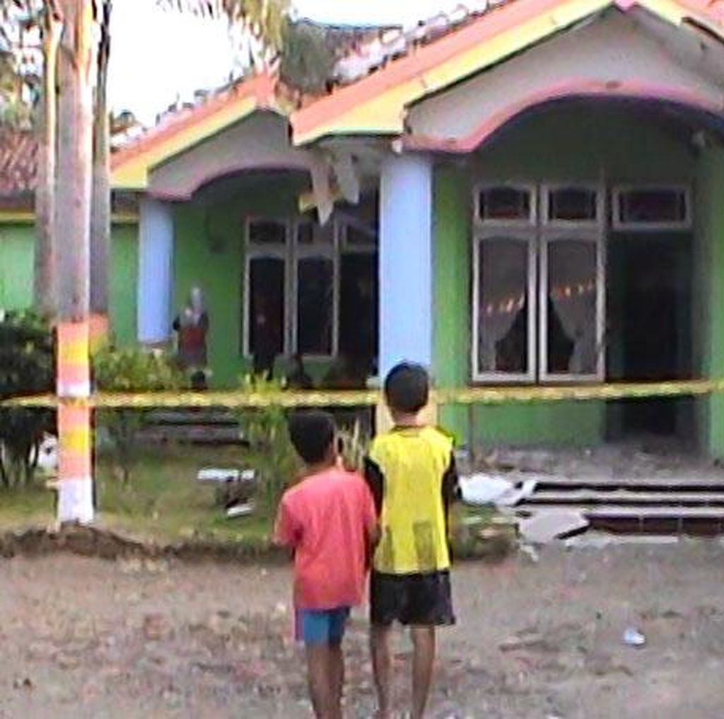Blarr... Bondet Meledak di Rumah Bekas Kades di Probolinggo