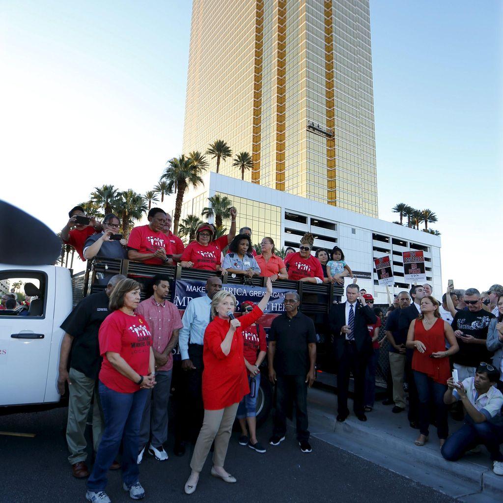 Hillary Clinton Sindir Donald Trump di Luar Hotelnya di Las Vegas